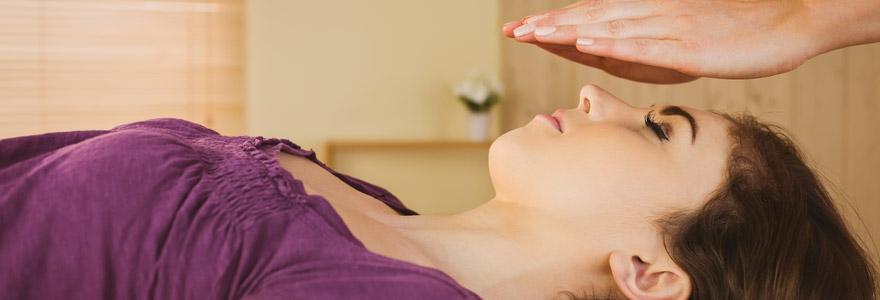 Photo d'une femme pendant une séance de reiki, mains au dessus du visage